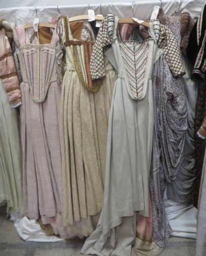 Une dizaine de robes pour femme, style Renaissance. Matières: damas, soie sauvage,...