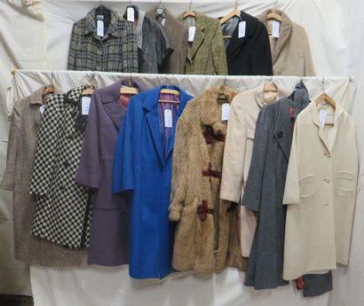 Une quinzaine de manteaux pour femme, style...