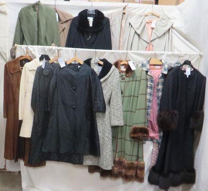Seize manteaux pour femme, style fin XIXe-XXe. Matières: cuir, lainage, soie, synthétique...