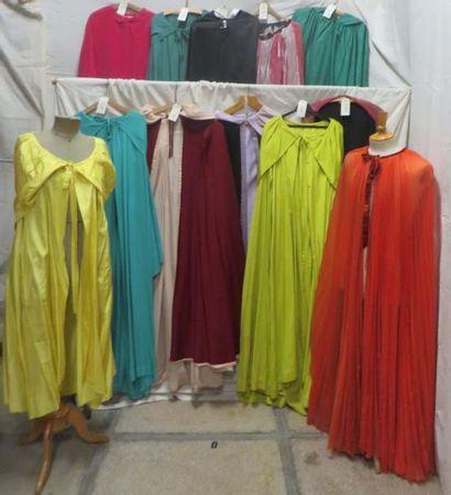 Douze capes pour femme, style XVIIe-XVIIIe....
