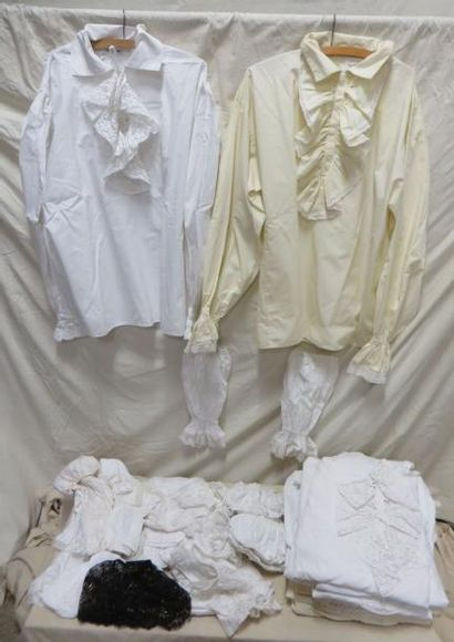 Treize chemises à jabot pour homme, style XVIIIe. On joint une dizaine de paires...