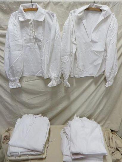 Environ vingt-trois chemises à grand col...