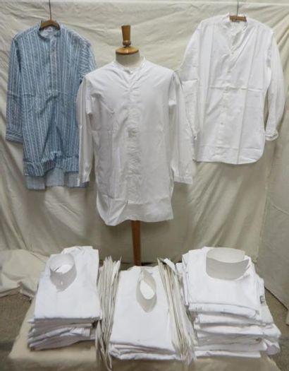 Une cinquantaine de chemises sans col pour homme, style XXe. On joint des cols....