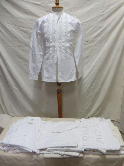 Une vingtaine de chemises à jabots pour homme,...