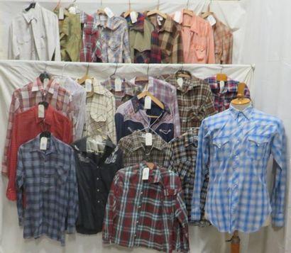Environ vingt-trois chemises modernes à carreaux...