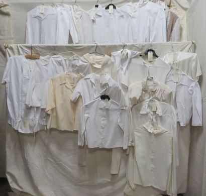 Environ vingt-quatre chemises pour femme,...