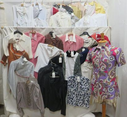 Une quarantaine de chemises pour femme, style...