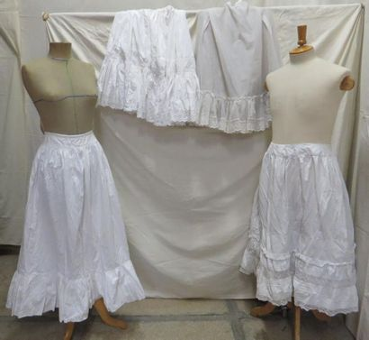 Quatre jupons simples pour femme, style XXe....