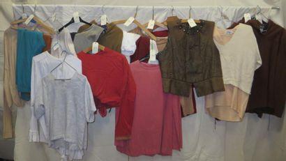 Une vingtaine de tuniques courtes, pantalons...