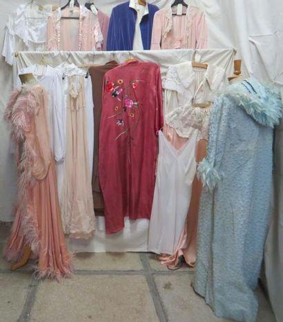 Seize pièces dont chemises de nuit, robes...