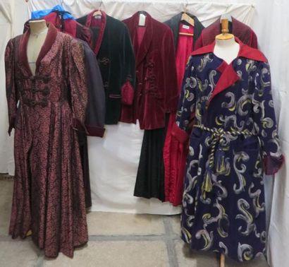 Neuf robes de chambre ou vestes d'intérieur...