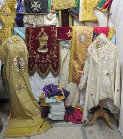Lot d'éléments religieux, tour d'autel et...
