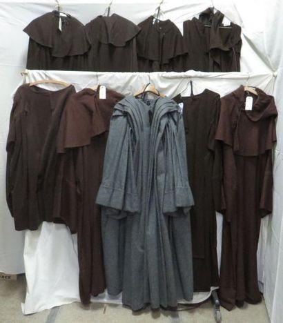 Neuf robes de moines, style robe de bures....