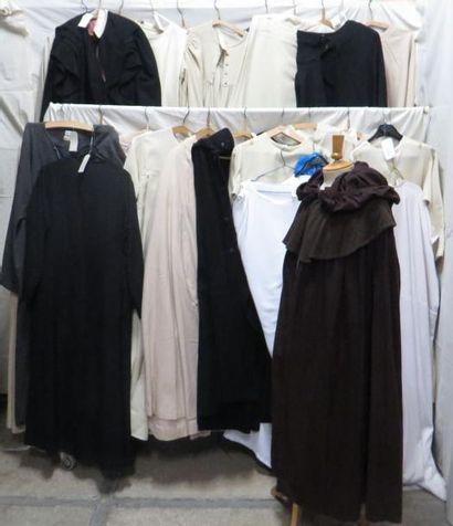 Environ vingt-neuf tenues dont robes, tuniques...