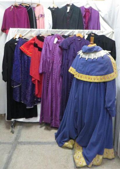Une vingtaine de tenues religieuses dont...