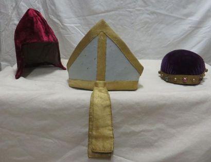 Trois coiffes religieuses dont une mitre....