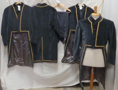 Quatre vestes grises à galon doré avec leur...