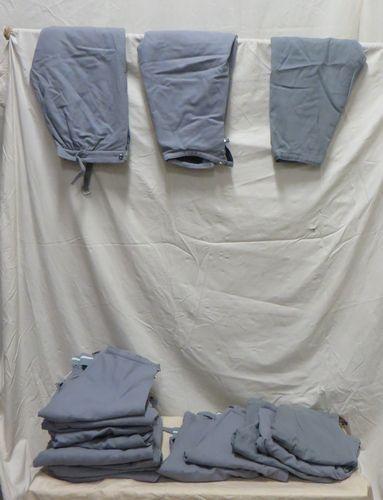 Une vingtaine de culottes grises en lainage...