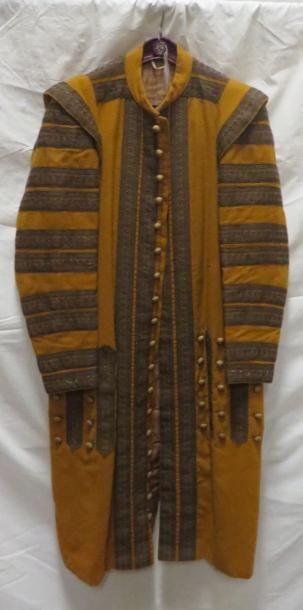 Une veste jaune à galon bronze pour laquais,...