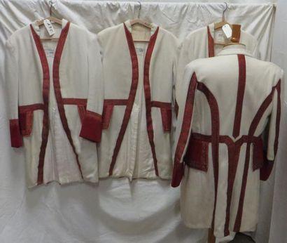 Quatre vestes beiges et dorées pour laquais,...