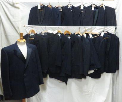 Une quinzaine de veste smoking bleues pour...