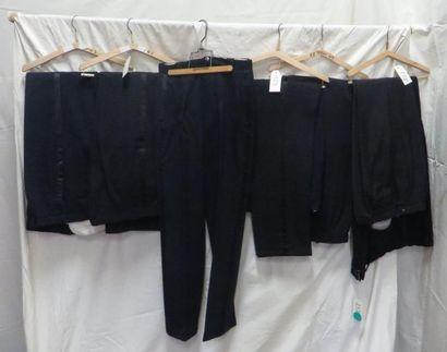 Une quinzaine de pantalons smoking bleus...
