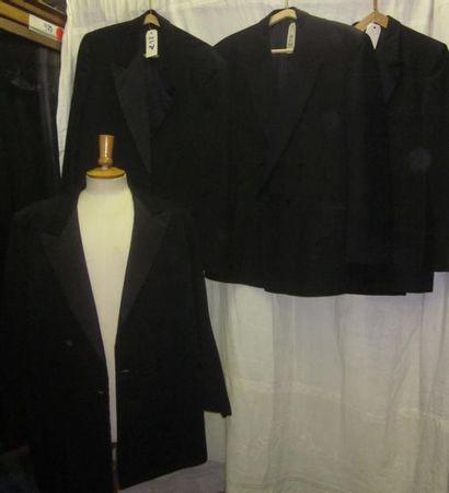 Une quinzaine de vestes noires de smoking...
