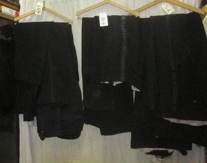 Une quinzaine de pantalons noirs de smoking...
