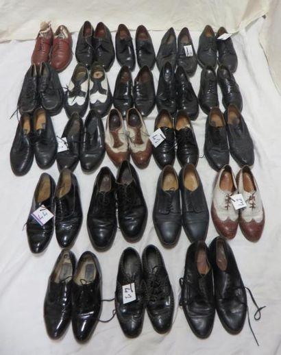 Environ vingt-deux paires de souliers à lacet...
