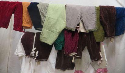 Une quarantaine de culottes pour homme, style XVIIIe. Matières: coton, lainage,...