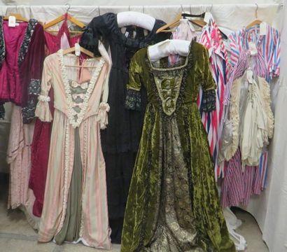 Une quinzaine de pièces dont robes, paniers,...