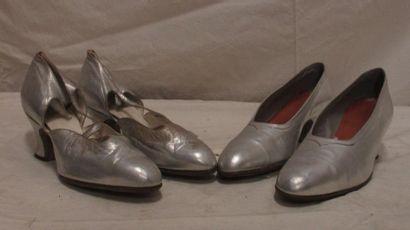 Deux paires de souliers, des salomés et des...