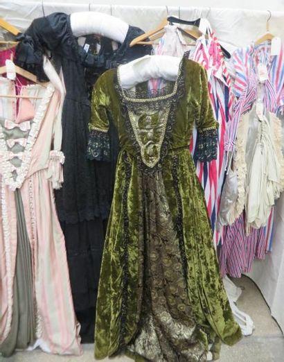 Une quinzaine de pièces dont robes, paniers, vestes, gilets ou jupes pour femme,...