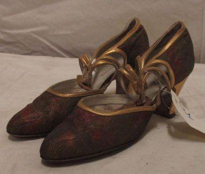 Paire de souliers pour femme en soie brochée...