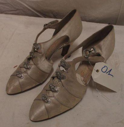 Paire de souliers pour femme en satin ivoire...