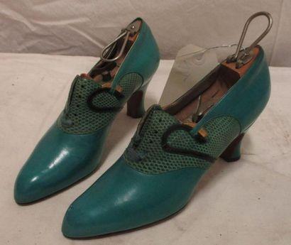 Une paire de richelieu en cuir turquoise,...
