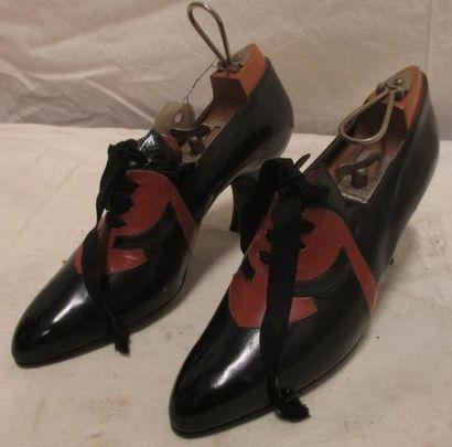 Une paire de richelieu en cuir noir et marron,...