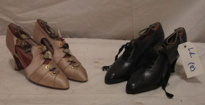 Deux paires de souliers en cuir noir et satin...