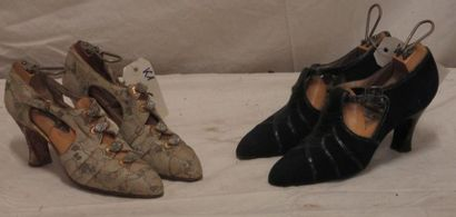 Deux paires de souliers en daim bleu marine...