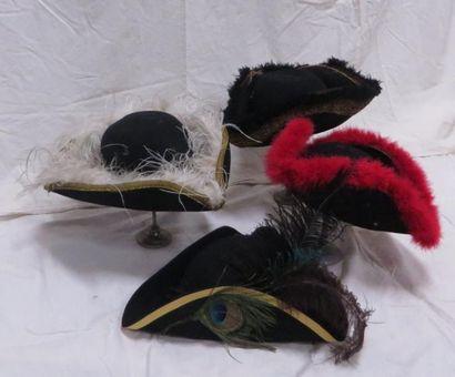 Quatre tricornes à plumes de style XVIIIe. Matière: feutre.