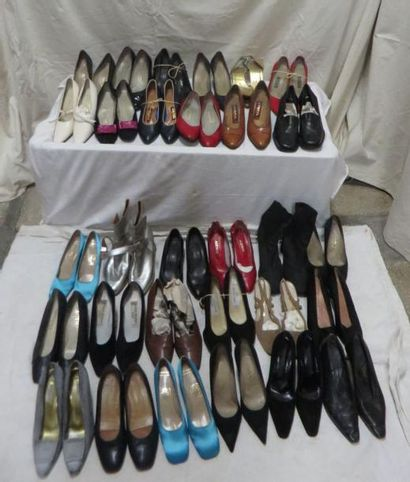 Une trentaine de paires de souliers pour...