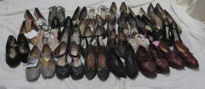 Environ vingt-huit paires de souliers pour...