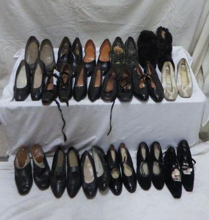 Environ dix-sept paires de souliers pour...