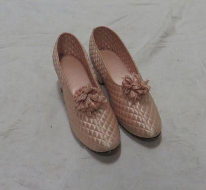 Une paire de pantoufles en satin rose pour...