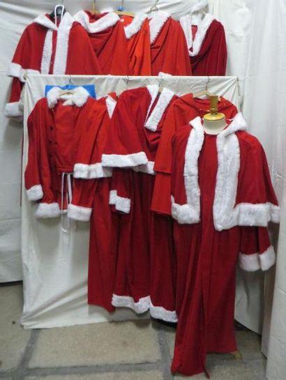 Dix costumes de Père Noël, dont un améri...