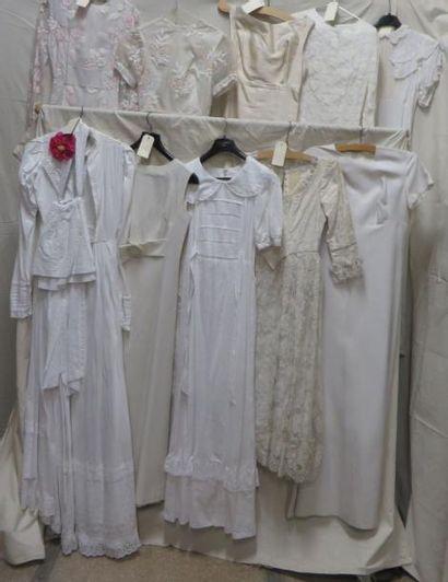 Une dizaine de robes blanches pour femme...