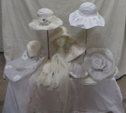 Onze chapeaux blancs dont chapeaux de mariée,...