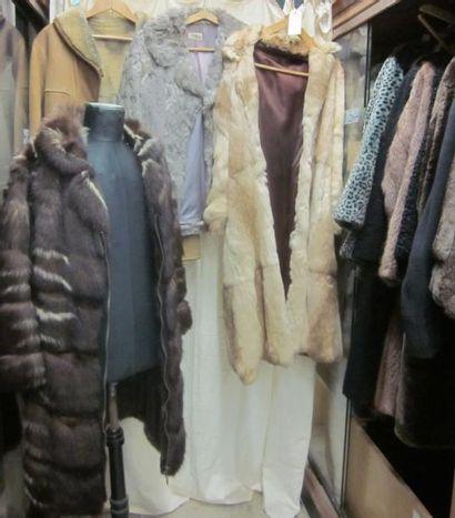 Une trentaine de manteaux ou vestes de fourrure...
