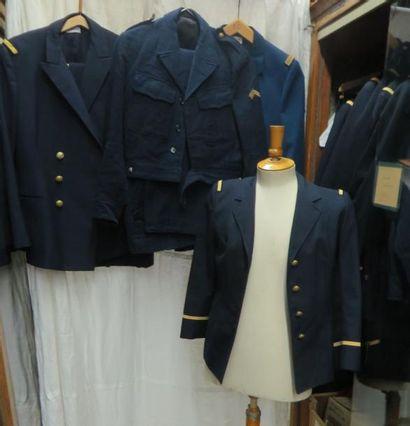 Environ vingt-neuf pièces dont vestes, pantalons...