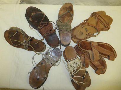 Sept paires de sandales romaines, style spartiate en cuir.